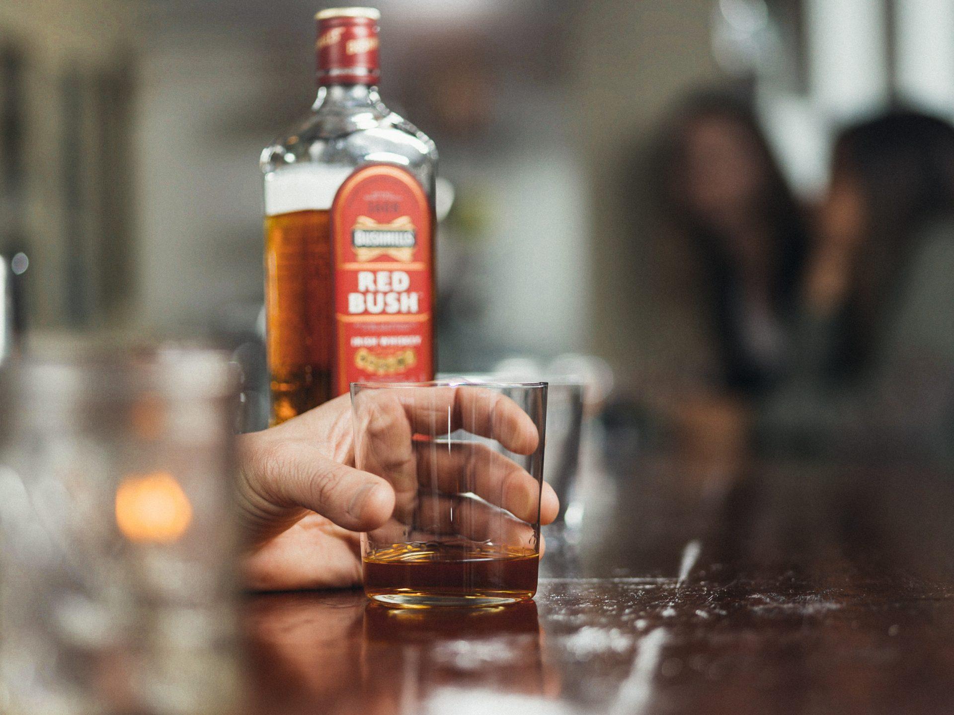 Beber whisky con agua
