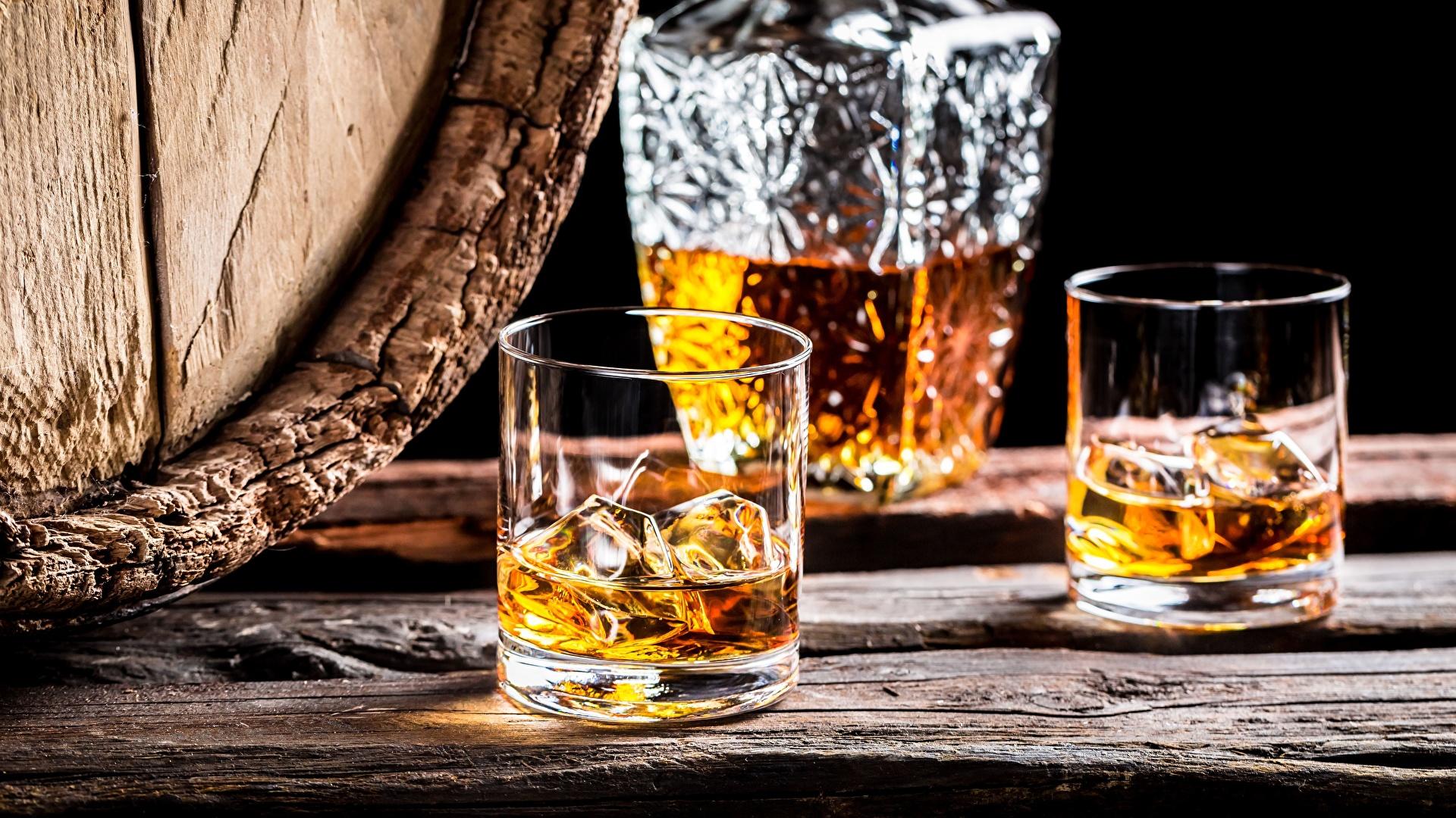 Beber whisky con hielo