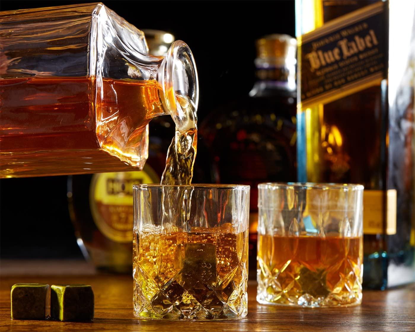 Beber whisky con rocas
